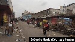 Une rue du marché central de Kinshasa vidée de ses vendeurs, des acheteurs et passants après une attaque d'hommes armés non-identifiés, 14 juillet 2017. (Crédit-photo: Grégoire Nzula)