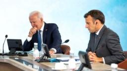 Presiden AS Joe Biden and Presiden Prancis Emmanuel Macron berpartisipasi dalam sesi akhir dari pertemuan kelompok negara G-7 di Carbis Bay, Cornwall, Inggris, Britain, pada 13 Juni 2021. (Foto: Reuters/Doug Mills)