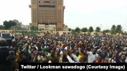 Plusieurs milliers de personnes rassemblées sur la place de la Nation protestent manifestent contre l'inaction devant les attaques jihadistes, à Ouagadougou, Burkina Faso, 29 septembre 2018. (Twitter/Lookman sawadogo)
