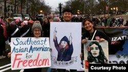지난 1월 워싱턴 DC에서 진행된 여성권익향상 행진에 참가한 리타 핀 아렌스(오른쪽)