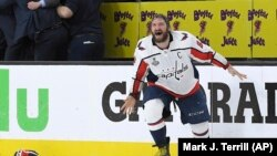 El capitán de los Capitals de Washington Alex Ovechkin, originario de Rusia, celebra el triunfo de su equipo ante Golden Knights en quinto juego de la NHL el jueves, 7 de junio de 2018.