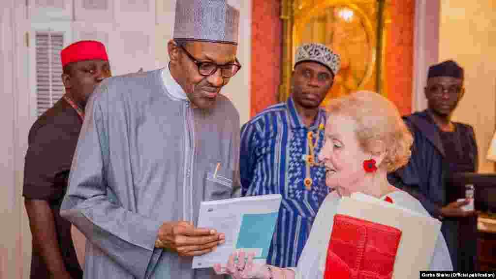 Le président nigérian, Muhammadu Buhari et l'ancienne secrétaire d'Etat américaine, Madeleine Albright, Washington, 19 juillet 2015.