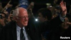 Bernie Sanders dün gece Michigan'da seçmenleriyle bir araya geldi.