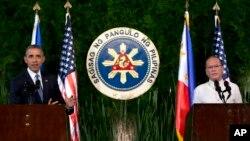 바락 오바마 미국 대통령(왼쪽)이 28일 마닐라 대통령 궁에서 베니그노 아키노(오른쪽) 필리핀 대통령과 공동 기자회견을 가지고 있다.