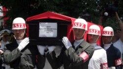 تابوت ۱۳ سرباز ترک که به دست شورشیان کرد کشته شدند، با پرچم ترکیه پوشیده شده است. ۱۶ ژوئیه ۲۰۱۱