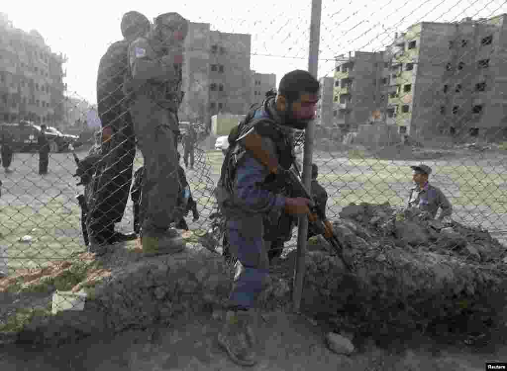 افغان پولیس کے اہلکار جائے وقوعہ کی طرف جا رہے ہیں۔