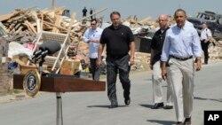 奥巴马总统视察遭遇龙卷风袭击的阿肯色州维洛尼亚市(2014年5月7日)
