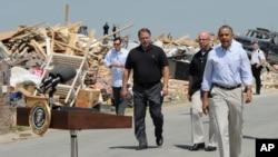 Presiden AS Barack Obama mengunjungi kota Vilonia, negara bagian Arkansas yang hancur dilanda topan, Rabu (7/5).