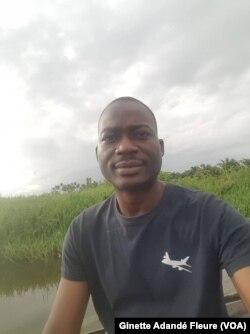 Roberts Nougbologni, l'un des jeunes pisciculteurs les plus en vue au Bénin, le 1er juin 2018. (VOA/Ginette Adandé Fleure)