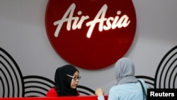Staf AirAsia melayani konsumen di Bandara Internasional Kuala Lumpur, Malaysia, 28 Agustus 2016. (Foto:Dok)
