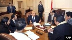 Phó Tổng thống Ai Cập Omar Suleiman (giữa) tiếp xúc với đại diện của người biểu tình ở Cairo