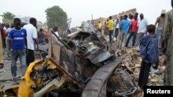 Warga Nigeria memeriksa lokasi serangan bom di Maiduguri, negara bagian Borno (foto: dok).