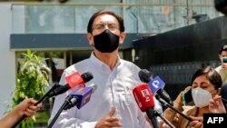 Mantan presiden Peru Martin Vizcarra, yang dimakzulkan dan digulingkan atas tuduhan korupsi, berbicara kepada pers di luar rumahnya di Lima pada 15 November 2020. (Foto: AFP)