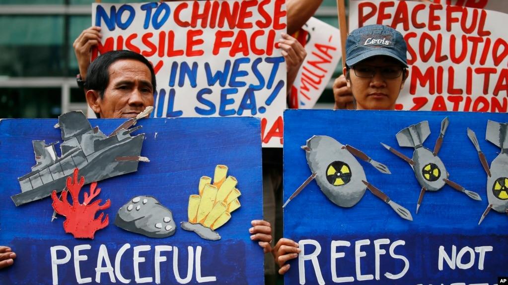 Các nhà hoạt động biểu tình trước Lãnh sự quán TQ ở Manila, phản đối TQ xây dựng quân sự trên Biển Đông, 24/1/17