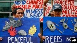 Các nhà hoạt động Philippines cầm biểu ngữ đứng trước Đại sứ quán Trung Quốc ở Manila để phản đối hoạt động xây dựng quân sự của Bắc Kinh ở Biển Đông, ngày 24/1/2017. Bãi Cỏ Rong, nơi Philippines sắp tái tục khoan dầu, cũng nằm trong vùng biển mà Trung Quốc tuyên bố chủ quyền.