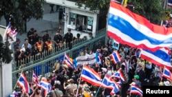 Para demonstran anti pemerintah melakukan unjuk rasa di depan kantor bea cukai di Bangkok, Thailand (foto: dok). Kondisi keuangan keluarga Thailand ikut terkena dampaknya, akibat kebuntuan politik yang berkelanjutan.