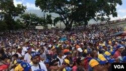 Miles de venezolanos exigen elecciones