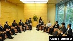 ဂ်ပန္၀န္ႀကီးခ်ဳပ္ Shinzo Abe နဲ႕ သမၼတရံုး၀န္ၾကီး ဦးေအာင္မင္းဦးေဆာင္တဲ့ အဖဲြ႕ေတြ႕ဆံုစဥ္။ သတင္းဓာတ္ပုံ-ဦးညိဳအုန္းျမင့္