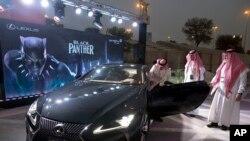 """Beberapa pengunjung melihat-lihat mobil Lexus yang serupa dengan mobil dalam film """"Black Panther"""" dalam pameran di King Abdullah Financial District Theater, Riyadh, Arab Saudi, 18 April 2018. (Foto: dok)."""