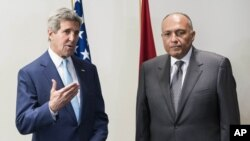 Menlu AS John Kerry bersama Menlu Mesir Sameh Hassan Shoukry di Kairo, Minggu (22/6).