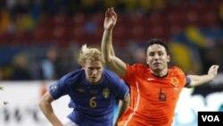 Pemain Swedia Ola Toivonen menyelengkat kapten timnas Belanda Mark van Bommel (kanan) dalam sebuah pertandingan kualifikasi Piala Eropa 2012.