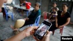 Seorang kerabat menunjukkan foto Anna Bui Thi Nhung, satu dari 39 migran Vietnam yang ditemukan tewas dalam sebuah truk kontainer di Inggris 23 Oktober lalu.