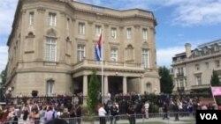 La bandera cubana fue izada este lunes por la mañana en la embajada de Cuba en Washington.