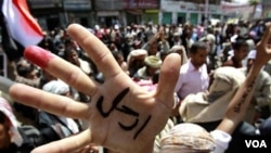 Para demonstran di ibukota Sana'a, menghadiri upacara pemakaman korban tewas oleh pasukan keamanan Yaman (21/3).