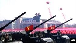 ການເດີນສວນສະໜາມຄັ້ງໃຫຍ່ຂອງທະຫານ ເພື່ອລະລຶກເຖິງວັນຄ້າຍວັນເກີດຂອງມື້ລາງທ່ານ Kim Il Sung ອະດີດຜູ້ນໍາເກົາຫລີເໜືອ ທີ່ຈັດຂຶ້ນໃນວັນອາທິດ, ທີ 15 ເມສານີ້ ໃນນະຄອນພຽງຢາງ