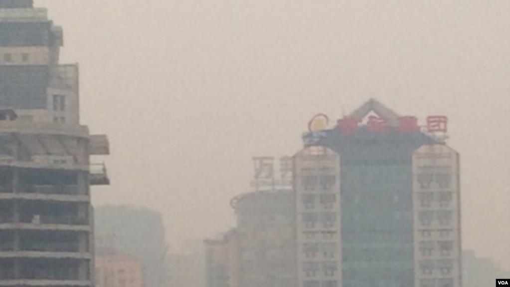 2015年12月20日16时起,北京地区雾霾开始加重。当时北京朝阳区使馆区附近街道灰雾茫茫。