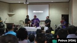 Uskup Surabaya Mgr.Vinsensius Sutikno Wisaksono memimpin misa arwah tujuh hari meninggalnya penumpang AirAsia QZ8501 di gereja Oikoumene Polda Jatim, 3 Januari 2015 (Foto: VOA/Petrus Riski)