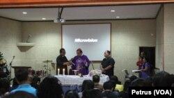 Uskup Surabaya Mgr.Vinsensius Sutikno Wisaksono memimpin Misa arwah 7 hari meninggalnya penumpang Air Asia QZ8501 di gereja Oikoumene Polda Jatim, 3 Januari 2015 (Foto: VOA/Petrus Riski)