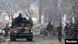 افغان سکیورٹی فورسز کی وین جائے حادثہ پر کھڑی ہے