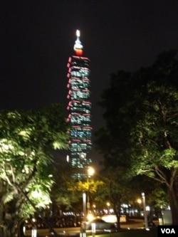 台北101大厦夜景 (美国之音许波拍摄)