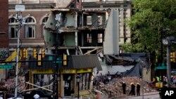 Nhân viên cứu hộ có mặt tại hiện trường tai nạn sập nhà ở Philadelphia.