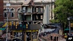 6일 미국 필라델피아에서 4층 건물 붕괴 사고가 일어난 가운데, 현장에서 구조대가 주변을 살피고 있다.