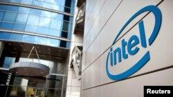 Logo của tập đoàn Intel ở Petah Tikva, gần Tel Aviv, Israel.