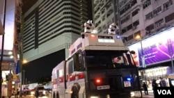 8月31日晚警方再次在銅鑼灣出動水炮車清場。(攝影: 美國之音湯惠芸)