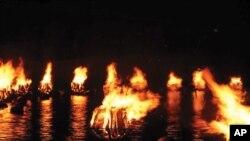 پانی پرتیرتے آگ کے الاؤ