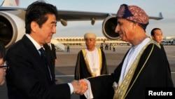 2014年1月9日﹐日本首相安倍晉三(左)進行非洲訪問﹐在阿曼的馬斯喀特與副首相法赫德.馬哈茂德.賽義德握手。