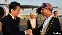 9일 중동 오만의 수도 무스카트를 방문한 아베 신조 일본 총리(왼쪽)가 공항으로 마중 나온 오만 총리와 악수하고 있다.