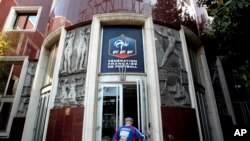 La sede de la Federación francesa de fútbol en París es centro de investigación en el escándalo de corrupción de la FIFA.