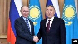 Qazaxıstan prezidenti Nursultan Nazarbayev və Rusiya prezidenti Vladimir Putin