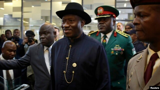 Nigeria's President Goodluck Jonathan (C) arrives for the service for former South African President Nelson Mandela in Johannesburg, Dec. 10, 2013.