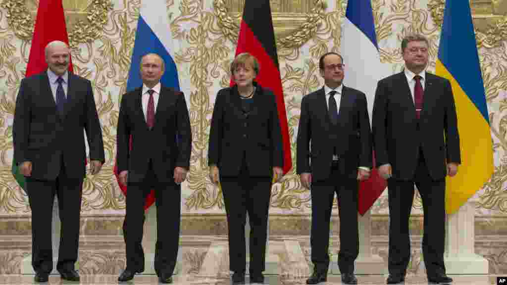 From left, Belarusian President Alexander Lukashenko, Russian President Vladimir Putin, German Chancellor Angela Merkel, French President Francois Hollande and Ukrainian President Petro Poroshenko pose during a break in their peace talks in Minsk, Belarus
