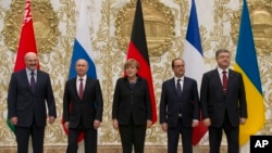 ពីខាងឆ្វេង៖ ប្រធានាធិបតីបេឡារុសលោក Alexander Lukashenko ប្រធានាធិបតីរុស្ស៊ីលោក Vladmir Putin អធិការបតីអាល្លឺម៉ង់ លោកស្រី Angela Merkel ប្រធានាធិបតីបារាំងលោក Francois Hollande និងប្រធានាធិបតីអ៊ុយក្រែនលោក Petro Poroshenko ថតរូបនៅអំឡុងពេលសម្រាកក្នុងកិច្ចពិភាក្សានៅក្រុង Minsk ប្រទេសបេឡារុស។