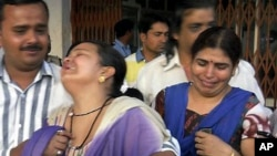 5월 25일 인도 라이푸르의 병원에서 반군 공격 희생자의 친척들이 슬퍼하고 있다
