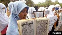 Wanita Muslim Indonesia berdoa untuk perdamaian saat unjuk rasa di Jakarta 29 Juli 2000. (Foto: Reuters)