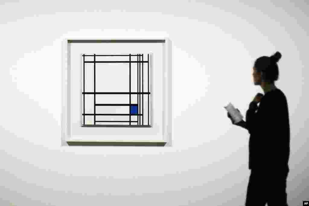ស្រ្តីម្នាក់មើលទៅលើរូបគំនូរ «បន្សំខ្សែបន្ទាត់ និងពណ៌» ដោយជាងគំនូរជនជាតិហូឡង់លោក Piet Mondrian នៅអំឡុងពេលបើកបង្ហាញខ្លីសម្រាប់សារព័ត៌មានក្នុងពិពរណ៌មួយនៅសារមន្ទីរ Martin-Gropius-Bau នៅក្រុងប៊ែរឡាំង ប្រទេសអាល្លឺម៉ង់។