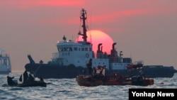 24일 여객선 '세월호'가 침몰한 진도 해상에서 민.관.군으로 구성된 구조대원들이 구조작업을 하고 있다.
